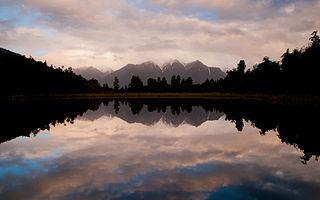 Lake Matheson lake in New Zealand