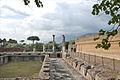 Le vivier entouré dun portique (Villa Adriana, Tivoli) (5889203320).jpg