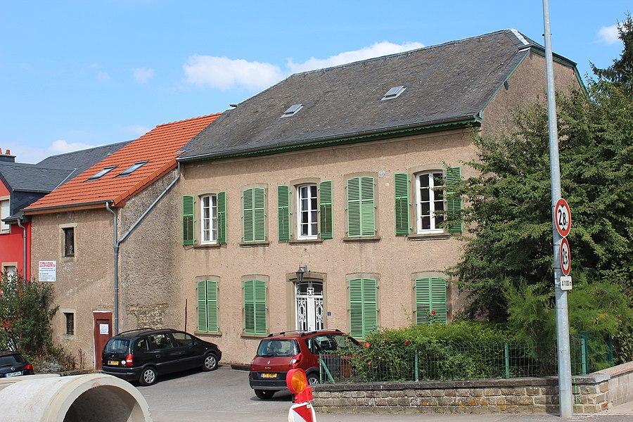 Haus op Nummer 4 an der Rue du Village zu Lenneng; zënter dem 26. Februar 2010 op der Lëscht vum Zousaz-Inventaire vun den nationale Monumenter agedroen.
