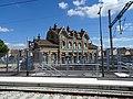 Les quais du T11 Express avec le bâtiment voyageurs historique de la gare d'Epinay-sur-Seine en toile de fond.jpg