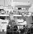 Lossen van bagage via transportbanden tussen het schip SS Zion en de kade, Bestanddeelnr 255-2174.jpg