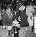 Lustrum Amsterdamse studenten, prins Bernhard tekent in gastenboek, Bestanddeelnr 914-0513.jpg