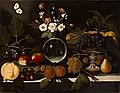 Maestro di Hartford - Alzatina con uva e pesche, vaso di fiori, frutta e farfalla, ca. 1600 - ca. 1602.jpg
