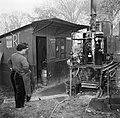 Mannen bij een distilleerketel, Bestanddeelnr 252-9466.jpg