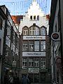 Martinsgässle in Freiburg mit Haus der Badischen Zeitung (früher Freiburger Zeitung).jpg