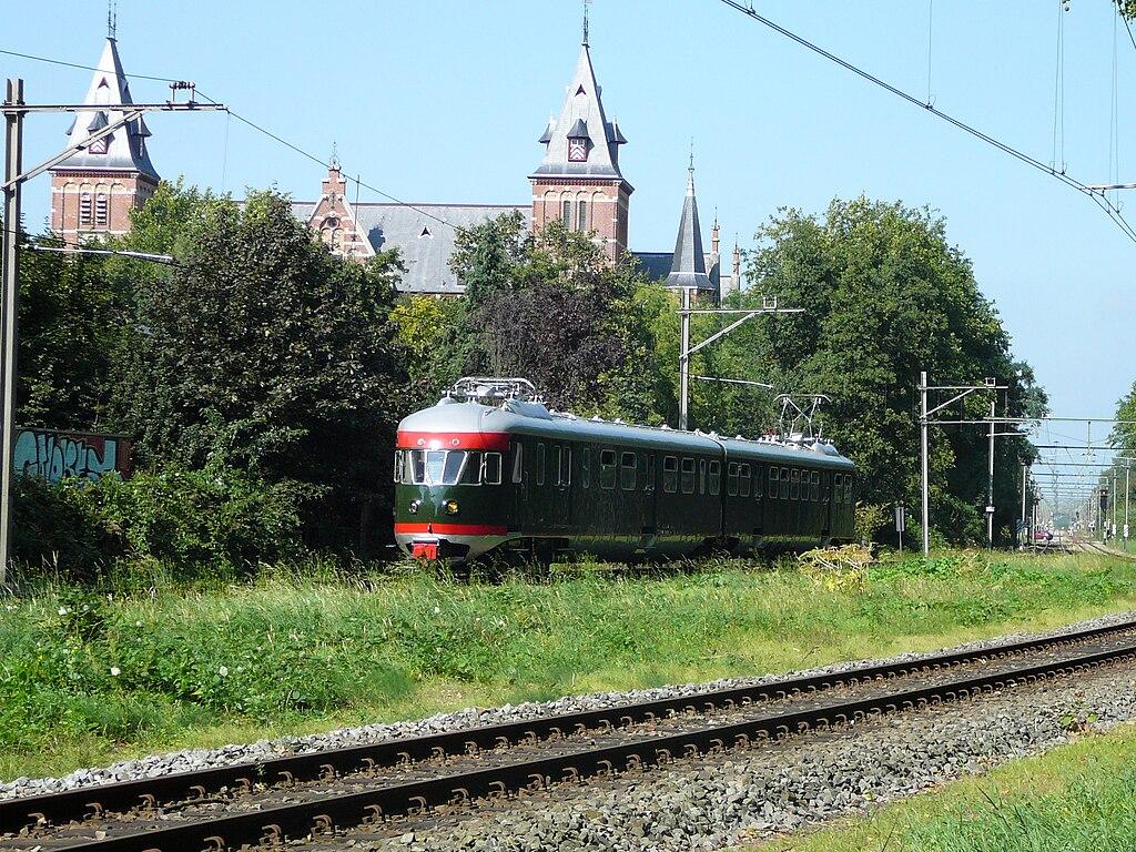 Foto van trein ter hoogtevan voormalig station Biltstraat. Foto Martijn van Vulpen. Bron: https://commons.wikimedia.org/wiki/File:Mat_%2746_273_in_Utrecht.JPG