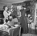 Mevrouw Dirchsen helpt haar dochters te kleden in klederdracht, Bestanddeelnr 252-8783.jpg