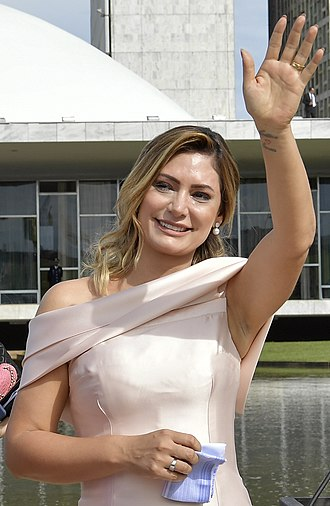 First Lady of Brazil - Image: Michelle Bolsonaro acena (cropped)