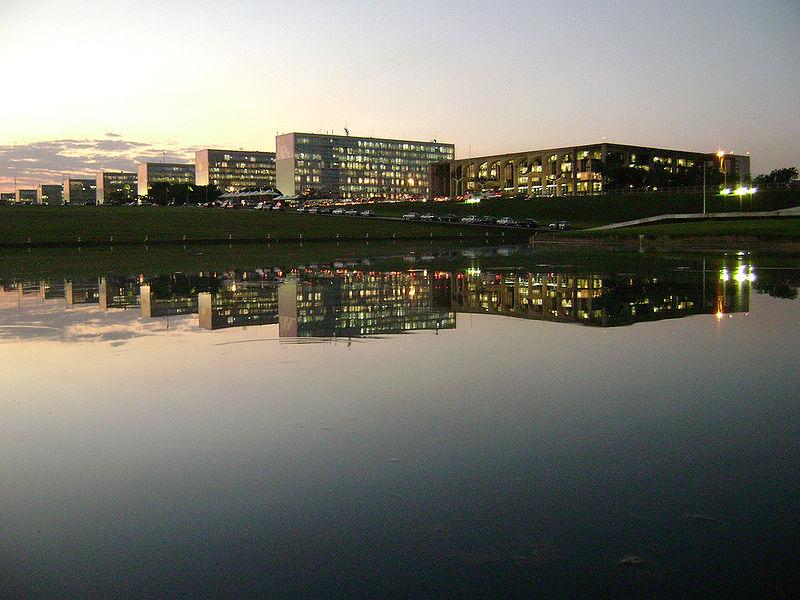 Ficheiro:Ministries Esplanade Brasilia.jpg