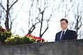 Ministru prezidents Valdis Dombrovskis piedalās svinīgajā vainagu nolikšanas ceremonijā Rīgas Brāļu kapos, atzīmējot Nacisma sagrāves dienu un pieminot Otrajā pasaules karā bojāgājušos (8720265188).jpg
