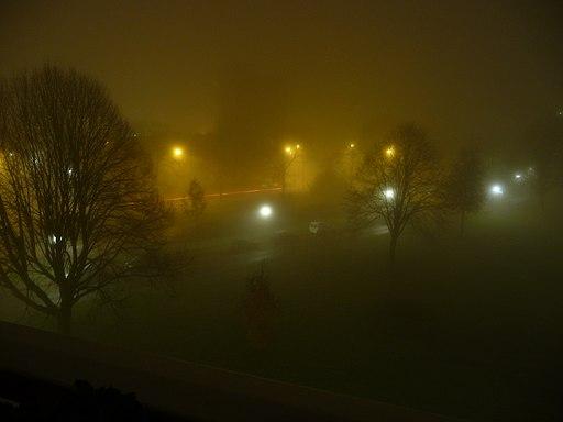 Mist in nachtelijke buitenwijk stad