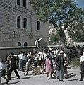 Nazareth Samenscholing van bij een muur van deels jeugdig publiek, Bestanddeelnr 255-9275.jpg