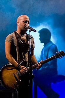 Il cantante Giuliano Sangiorgi in concerto con i Negramaro a Napoli nell'estate 2007
