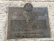 Eine Plakette, die die Brooklyn Bridge als New York City ausgewiesenes Wahrzeichen zertifiziert