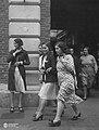 Obreras saliendo de la fábrica, Buenos Aires 1933.jpg