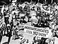 Op 16 juni 1975 demonstreren boeren en tuinders met hun dieren op het Binnenhof in Den Haag voor betere sociale en fina - SFA001013201.jpg