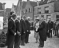 Opening nieuwe gemeentehuis te Heusden door koningin Juliana begroeting van het, Bestanddeelnr 907-9951.jpg