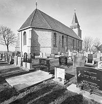 Overzicht noordoostgevel met kerkhof - Achlum - 20345398 - RCE.jpg