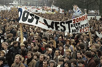 Protest in Amsterdam against the nuclear arms race between the U.S./NATO and the Warsaw Pact, 1981 Overzicht op Museumplein met spandoek The Dutch disease is better for peace o, Bestanddeelnr 253-8627.jpg