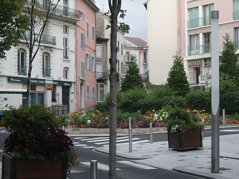 Vue depuis la rue Anatole France vers la rue de l'Alma, Oyonnax, Ain, Rhône-Alpes, France.