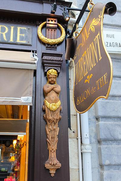 Cariatide de la pâtisserie Miremont à Biarritz en France.