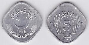 Zwei viereckige Münzen aus hellem Metall nebeneinander, auf einer Ecke stehend. Auf der linken Münze sind arabische Schriftzeichen über einem Halbmond abgebildet, rechts die Ziffer 5 zwischen Palmen.