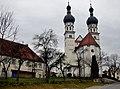 Pfarrkirche St. Simon ^ Judas mit den beiden barocken zwiebelförmigen Kirchtürmen - panoramio.jpg