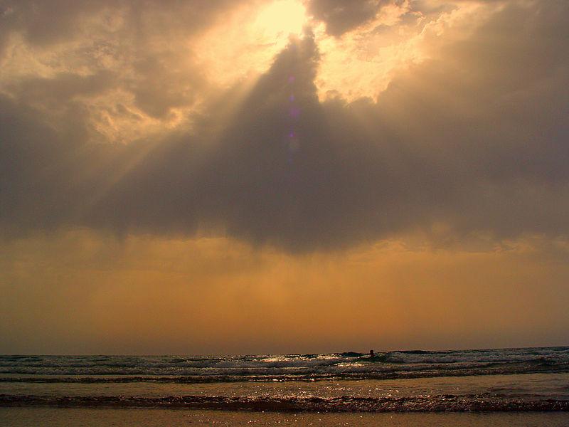 שוחה בים בחוף בית ינאי