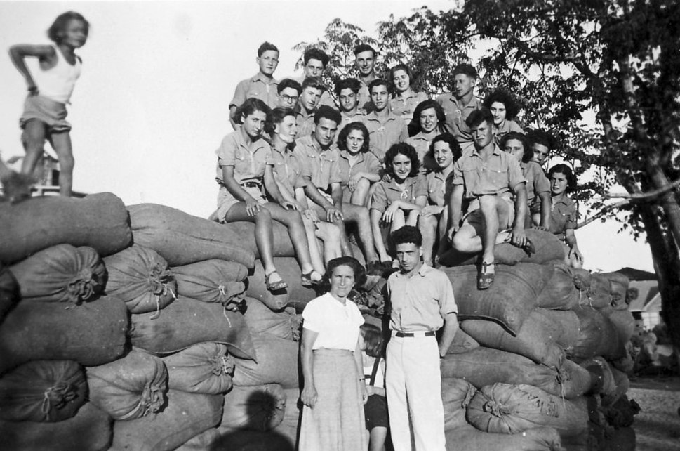 PikiWiki Israel 9595 Gan-Shmuel - a group of youths 1946
