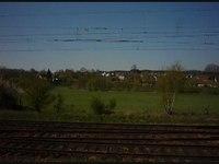 File:Pohled na Babice cestou kolem kolejí na Prahu.ogv