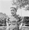 Portret van een jongetje met zonnenhoedje dat zijn tong uitsteekt, Bestanddeelnr 255-4513.jpg