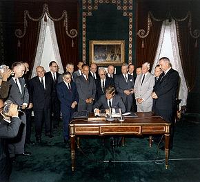 J. F. Kennedy firma il trattato il 7 ottobre 1963.