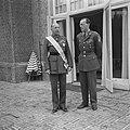 Prins Bernhard met de Canadese generaal Crerar aan wie het het Grootkruis in de , Bestanddeelnr 900-5509.jpg