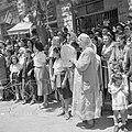 Publiek, waaronder Bucharinvrouwen waarvan een met een handtrommel, tijdens de m, Bestanddeelnr 255-1005.jpg
