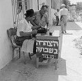 Publieke schrijvers zitten met een typemachine achter een tafel op het trottoir , Bestanddeelnr 255-1833.jpg
