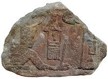 Hulpfragment van Sanakht in de pose van het slaan van een vijand.  Oorspronkelijk afkomstig uit de Sinaï, nu EA 691 te zien in het British Museum.