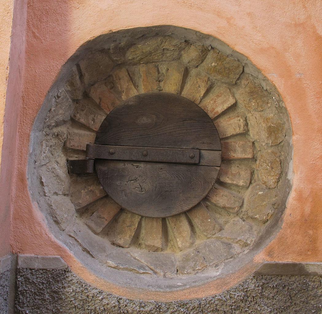 File roccalbegna finestra 01 rotonda jpg wikimedia commons - Finestra rotonda e ovale ...