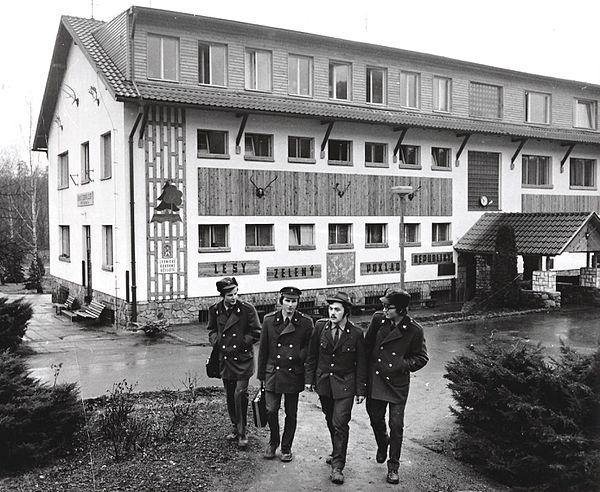 Učni v lesnických uniformách před školou, 80. léta