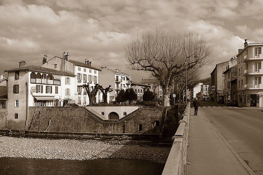 Saint-Girons (Ariège, Midi-Pyrénées, France): Le Square Balagué et l'Avenue François Camel, vus depuis la rive gauche.