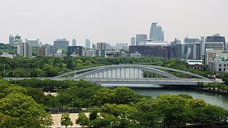 Sakuranomiya-Bridge in front of Osaka-Castle.jpg