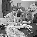 Sammy Davis jr in Nederland, tijdens persconferentie op Schiphol, Sammy Davis , , Bestanddeelnr 916-1962.jpg