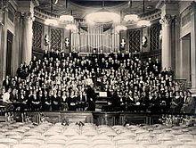 Die Sing-Akademie mit Direktor Georg Schumann im Haus am Festungsgraben hinter der Neuen Wache (1940) (Quelle: Wikimedia)