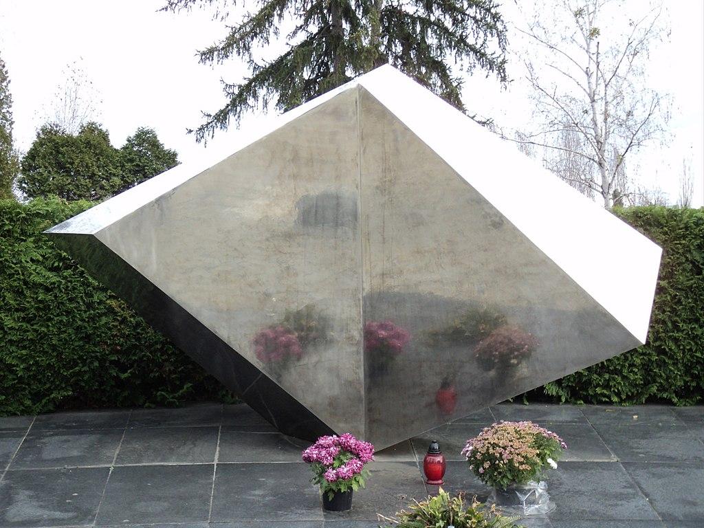Monumento a las víctimas del accidente ferroviario de Zagreb, en el Cementerio Mirogoj. Escultura de Vojin Bakic.