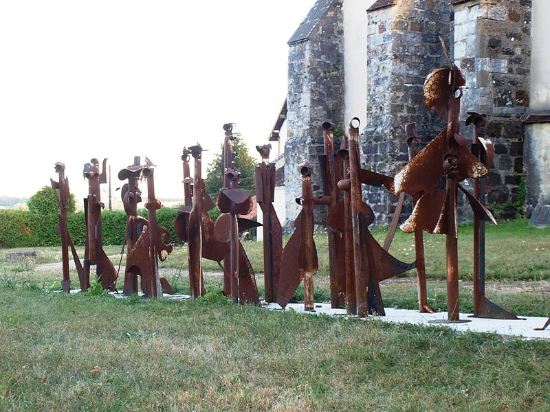 Saint-Aubin-Château-Neuf (Yonne, France); statue moderne: La noce, par Jean-Claude Delagneau. Page de présentation: http://chemin-des-arts-de-saint-aubin.fr/WP/portfolio/la-noce/