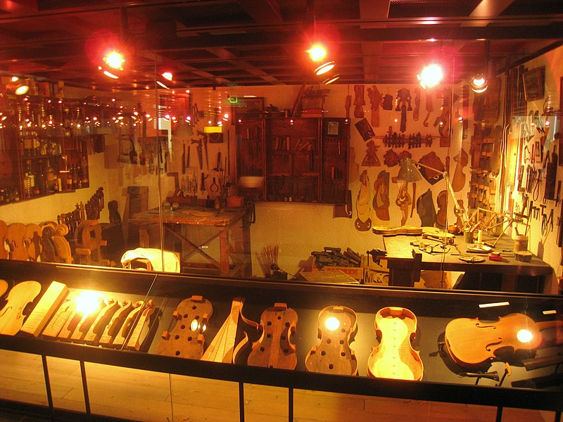 Stringed instruments - Musical Instrument Museum, Brussels - IMG 3915.JPG