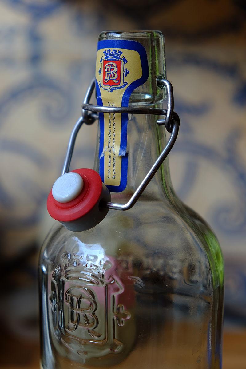 Une bouteille à bouchon mécanique, qui contenait initialement de la limonade artisanale de Morteau (Doubs, France).  (définition réelle 3264×4896)