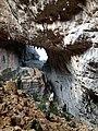 TISCALI, interno della dolina. Sulla sinistra la parete di una capanna del villaggio di origine preistorica.jpg