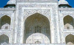 La entrada iwan del Taj Mahal en Agra, India