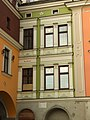 Tarnów, centrum města, Rynek, detail historických domů.JPG