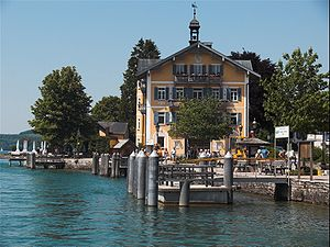 Ortzentrum von Tegernsee mit Rathaus und Bootsanleger